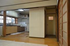 居間の一番奥がキッチンで、トイレも居間の一角にあった