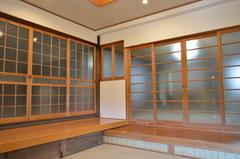 玄関を開けると土間があり、居間との仕切りはガラスの引き戸で廊下がなかった