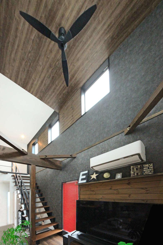 illi-to design 鳥居建設21【デザイン住宅、省エネ、インテリア】シックな木目の天井がモダンで開放的な吹き抜け空間を演出