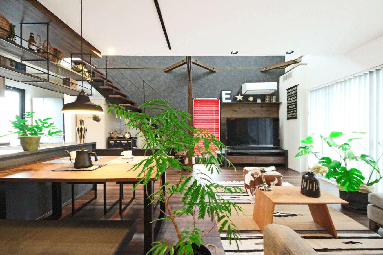 illi-to design 鳥居建設21【デザイン住宅、省エネ、インテリア】黒・グレー・木目で統一したモダンなLDK。アイアンの「見せる棚」がおしゃれ