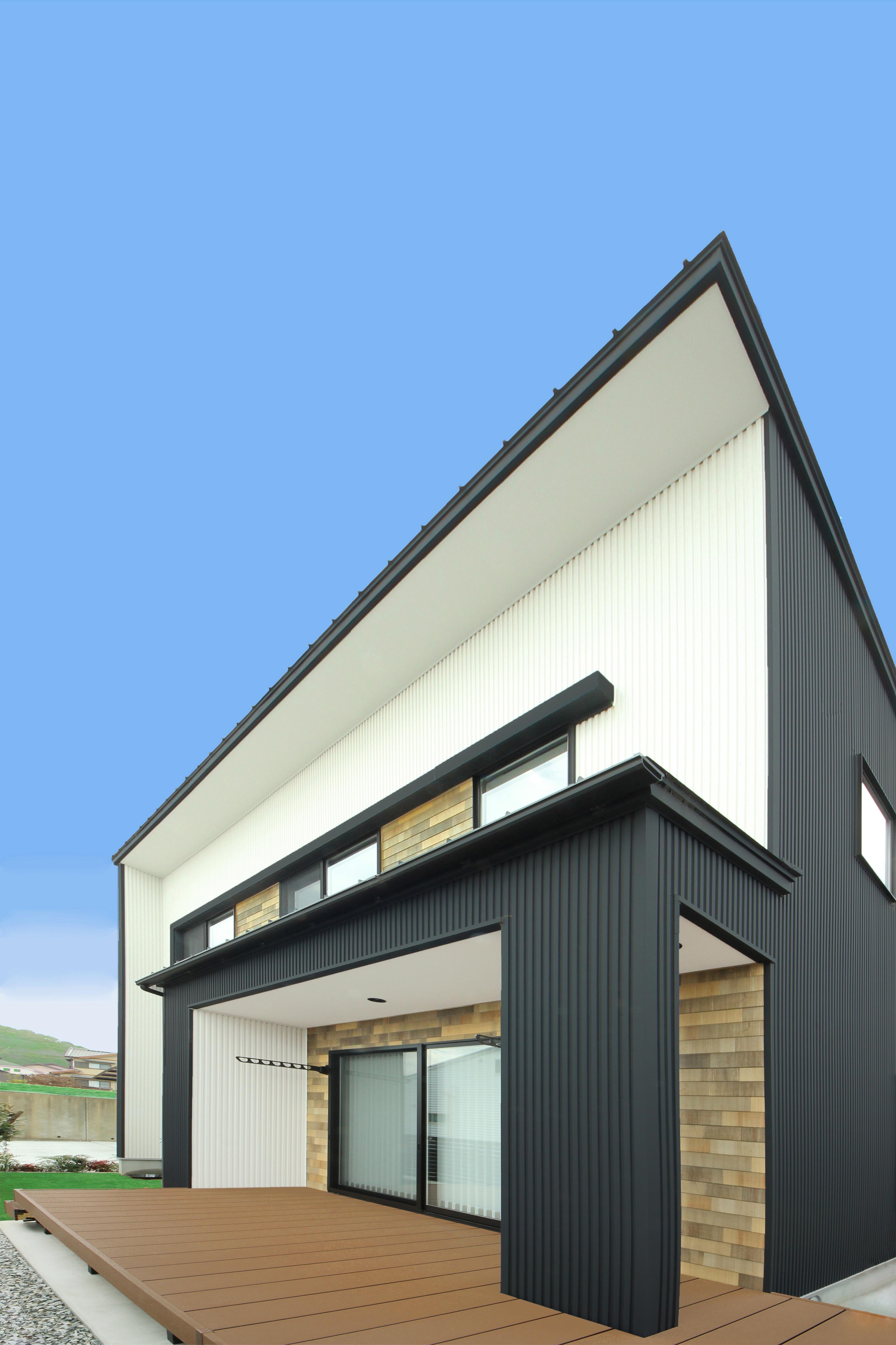 illi-to design 鳥居建設21【デザイン住宅、省エネ、インテリア】L字型に設えた大きなウッドデッキ。高台から蒲郡の花火大会もよく見える