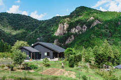 里山の絶景を背景に、晴耕雨読の暮らしを愉しむ平屋
