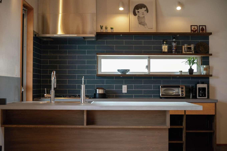 建杜 KENT(大栄工業)【自然素材、建築家、平屋】造作キッチンの天板は水に強いモールテックス仕上げで。下部の3面には収納スペースもたっぷり。背面はブルーグリーンのサブウェイタイルを