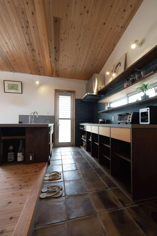 建杜 KENT(大栄工業)【自然素材、建築家、平屋】玄関土間から続くキッチン。床はテラコッタ。勝手口の向こうは庭。さらに隣接する畑へ。季節の恵みをそのままキッチンに運べる
