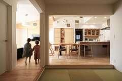 塗り壁の平屋の家で 暮らしやすさと心地よさを満喫