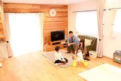 家族の会話が弾むオープンな木の住まい