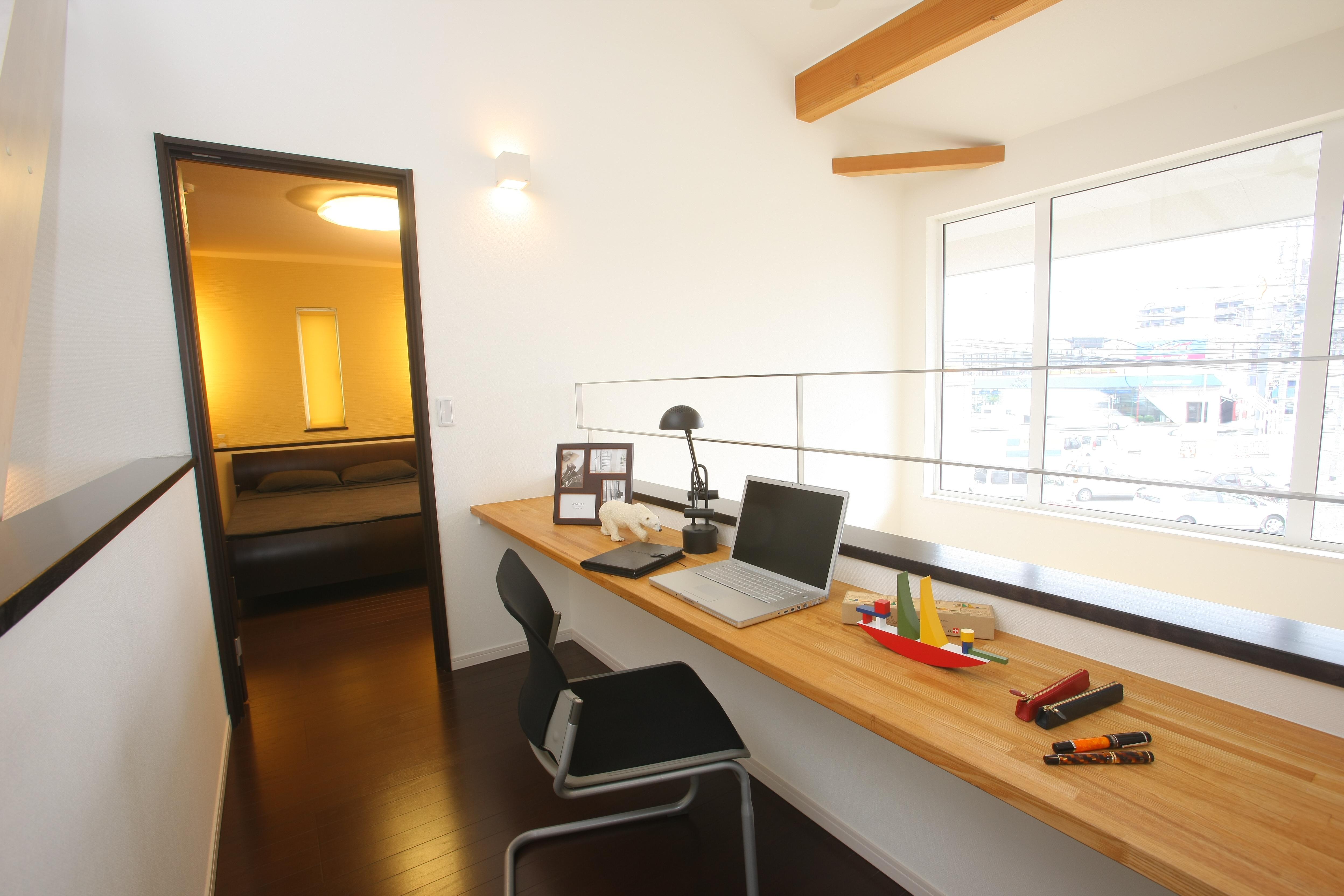 トキノハウス(常盤工業)【浜松市東区和田町805番地・モデルハウス】2階ホールにはカウンターを設置。吹抜を通してリビングの気配を感じながら、PCや趣味に興じることのできる書斎スペースとして活用することができる