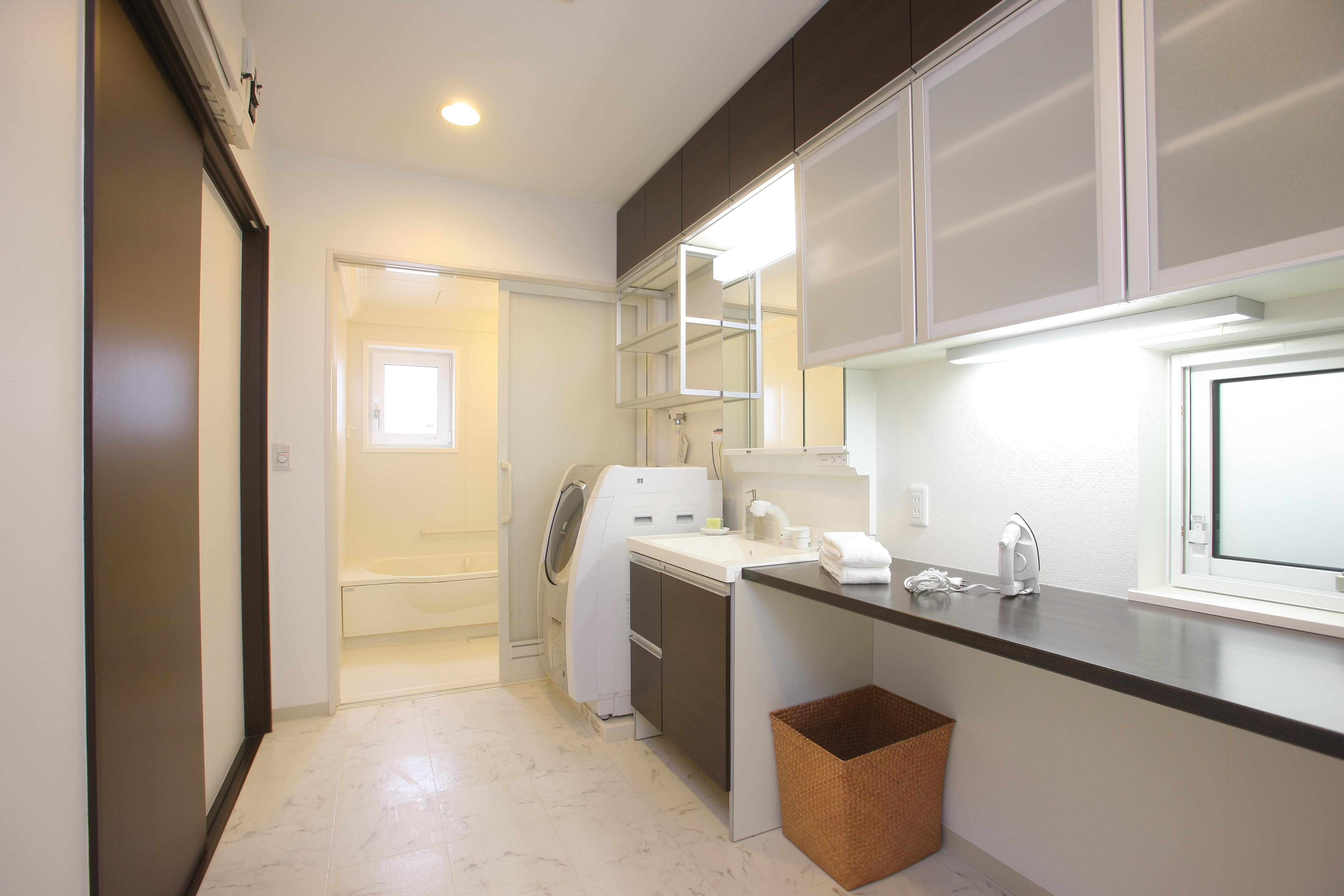 トキノハウス(常盤工業)【浜松市東区和田町805番地・モデルハウス】キッチンに隣接した家事コーナーと洗面、浴室スペース。キッチンから一直線に繋がる空間は、奥様目線の動線に。日常の家事がしやすい、奥さまに嬉しい設計