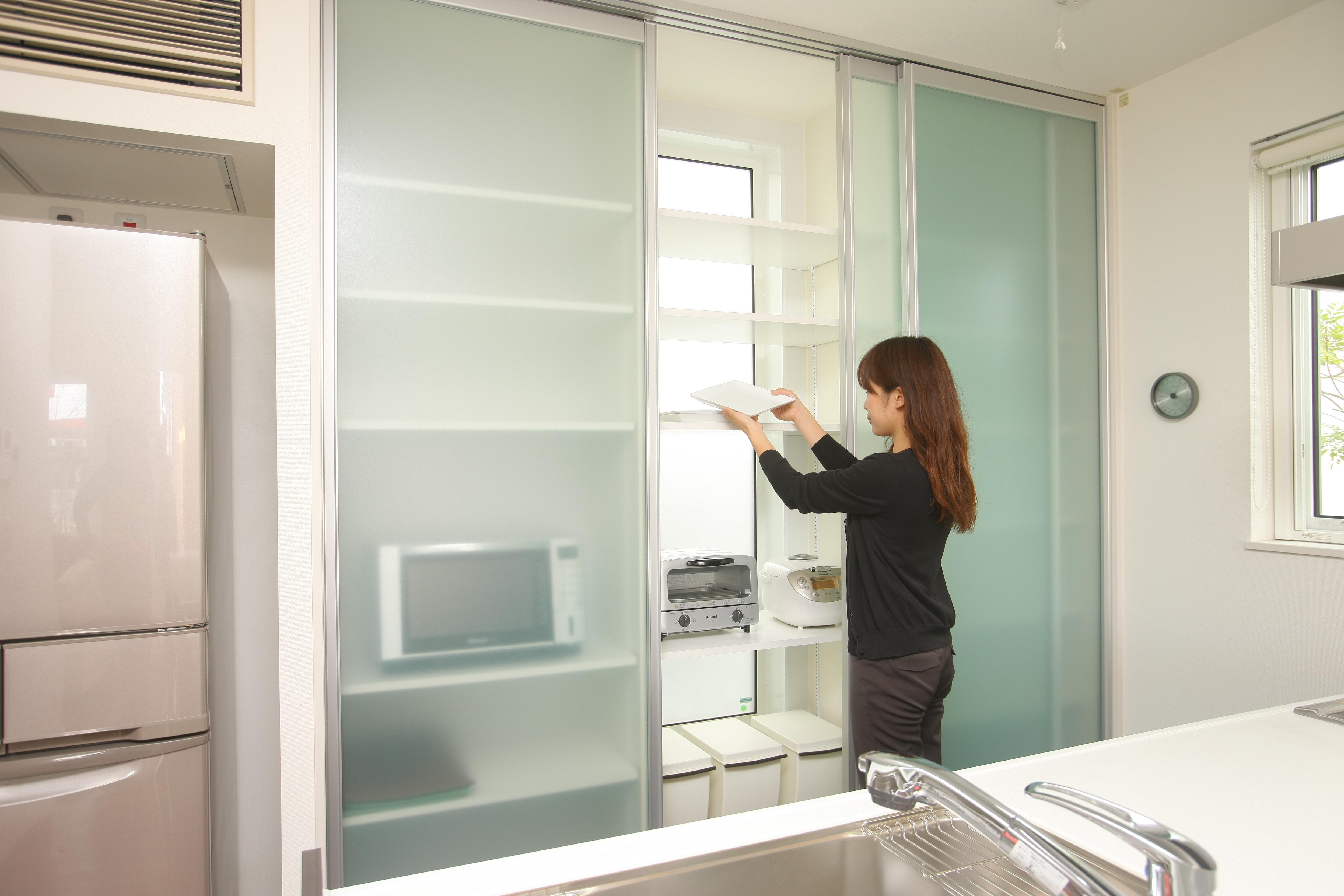 トキノハウス(常盤工業)【浜松市東区和田町805番地・モデルハウス】食器や料理家電を自然に隠せるキッチンの食器棚。棚は可動棚とし、奥様が使いやすい配置に設定することも可能。完全に隠す扉として使用することもできる