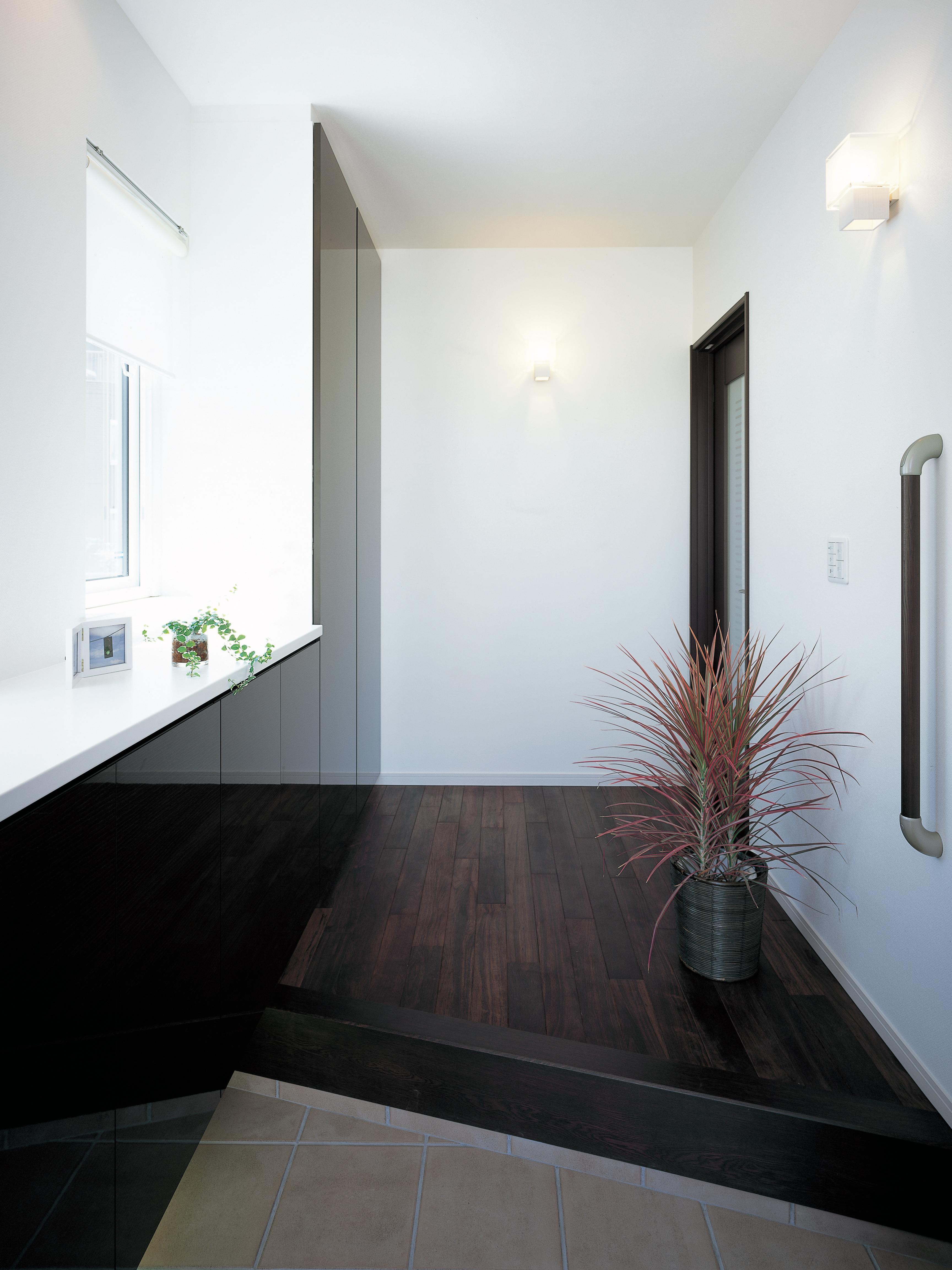 トキノハウス(常盤工業)【浜松市東区和田町805番地・モデルハウス】家族をやさしく出迎える玄関ホール。充分な収納量をもつ玄関クローゼットは、住んでから重宝する大切なスペース