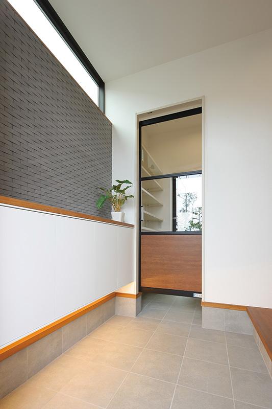 トキノハウス(常盤工業)【浜松市東区半田山3丁目41-1・モデルハウス】玄関、収納、テラスまでゆるやかに繋がる設計。仕切りにはあえて透明ガラスを採用し、空間の連続性を提案。一番奥のテラスは、屋根がついた半外空間に。物干しスペースやアウトドア用品の保管場所など、使い勝手のよい空間