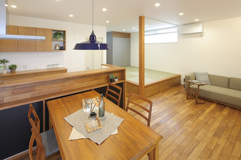 トキノハウス(常盤工業)【浜松市東区半田山3丁目41-1・モデルハウス】木質感あふれるLDK。造作のキッチンカウンターやタタミコーナーの下部には大きな収納スペースを設置。家族が集まるリビングだからこそ、使いやすく、快適に