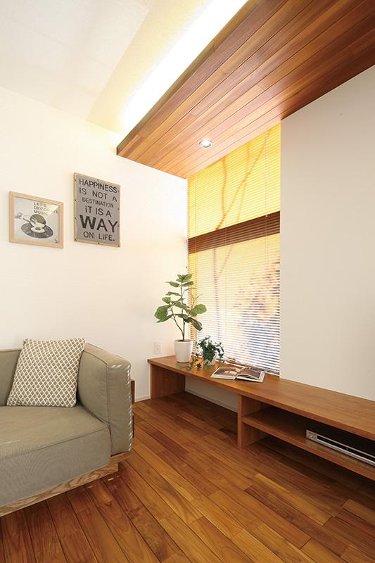 トキノハウス(常盤工業)【浜松市東区半田山3丁目41-1・モデルハウス】ソファに腰掛け、窓からグリーンを愉しむ。テレビボードとしても使えるファミリーカウンターは、床に座ってちょうどテーブルとして活用できる高さでご提案。こどもがお絵かきしたり、勉強したりと家族みんなで使えるスペース