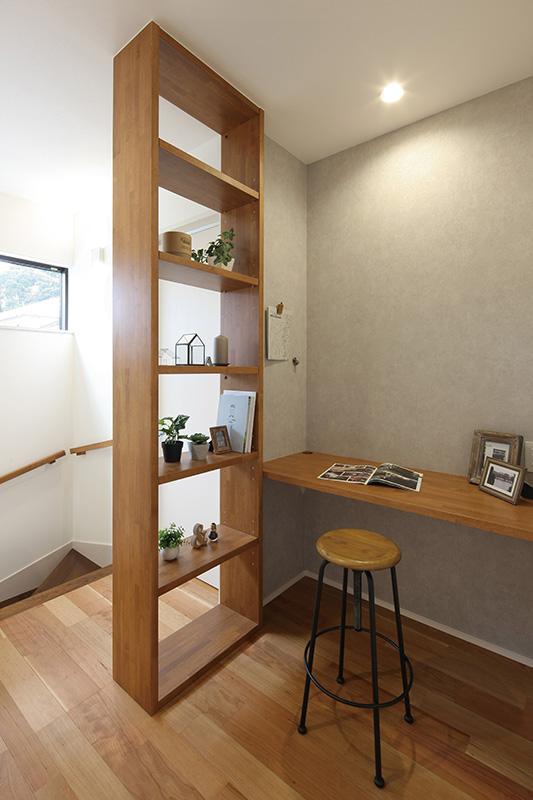 トキノハウス(常盤工業)【浜松市東区半田山3丁目41-1・モデルハウス】オープンなスペースの書斎コーナー。大きな棚は、家族の本を持ち寄り、楽しむことができるファミリーライブラリーとしても活用することも可能。リビングの気配を感じつつも、ほどよくこもれる空間