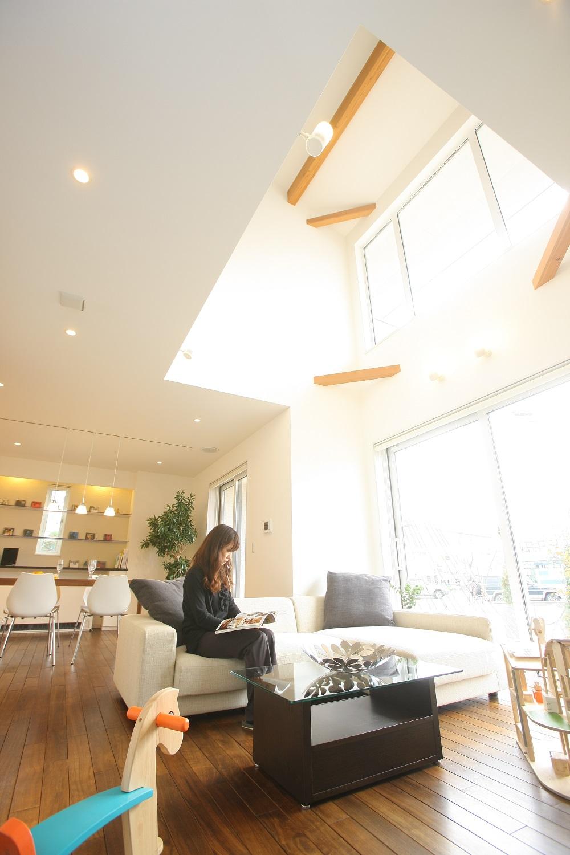 トキノハウス(常盤工業)【浜松市東区和田町805番地・モデルハウス】明るい陽光がふりそそぐリビング。家族の団らんの中心となるリビングには、無垢材をふんだんに使用し、木の心地よさを感じる開放感あふれる空間に仕上げている
