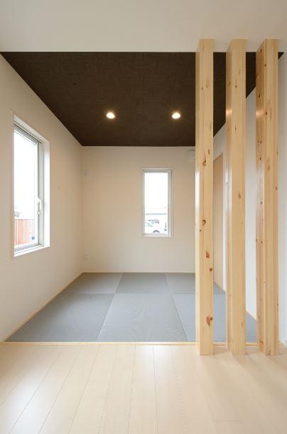 ポカポカの畳コーナー。空間をソフトに区切り、天井の色を変えてより和室っぽさを出した