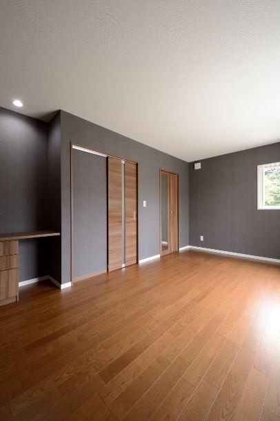 ユニバーサルホーム(浜松東店・掛川店)【デザイン住宅、収納力、ペット】寝室は床と壁の色を変えてぐっと大人な雰囲気に