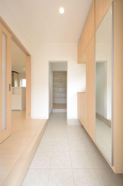 ユニバーサルホーム(浜松東店・掛川店)【デザイン住宅、収納力、ペット】土間と繋がるパントリーはたくさんお買い物した日も、そのまま収納できるのが便利。ちょっとしたコートやアウトドアグッズをしまえるスペースも。扉をつけているので、来客時にも中を見られず安心