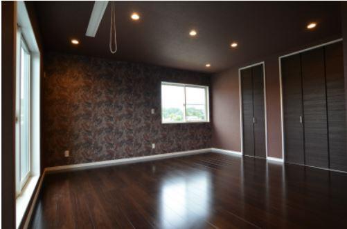 ユニバーサルホーム(浜松東店・掛川店)【デザイン住宅、省エネ、間取り】ご夫婦の主寝室。床と壁は暗めの色で落ち着いた雰囲気に