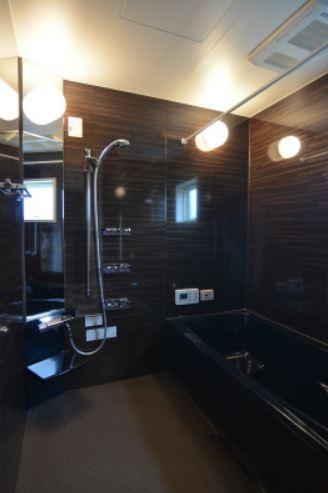ユニバーサルホーム(浜松東店・掛川店)【デザイン住宅、省エネ、間取り】お風呂も暗めの色で統一しホテルのような雰囲気に。