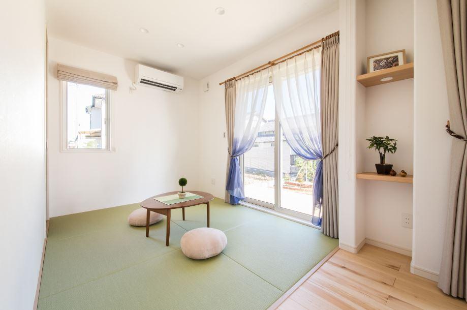 開放的に使える和室は、来客スペースとしてだけでなく、子どもの遊び場にも