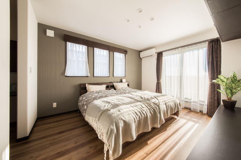 主寝室はゆとりのある空間に。WICで収納力も抜群