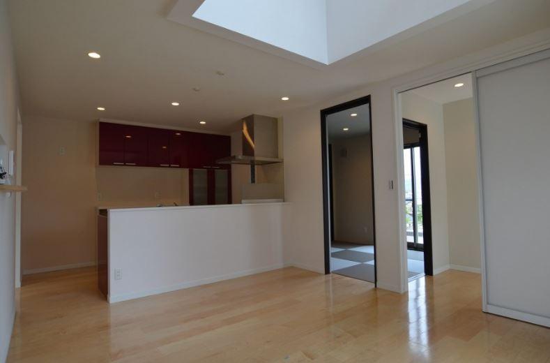 ユニバーサルホーム(浜松東店・掛川店)【デザイン住宅、収納力、間取り】LDKは光と風そして家族をつなげる大きな吹抜けが特徴