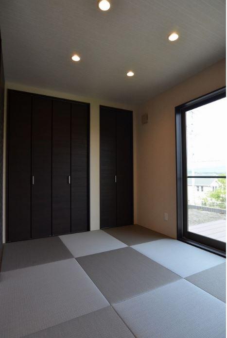 ユニバーサルホーム(浜松東店・掛川店)【デザイン住宅、収納力、間取り】和室の外にはウッドデッキがあり、お子様と一緒に遊ぶのに便利