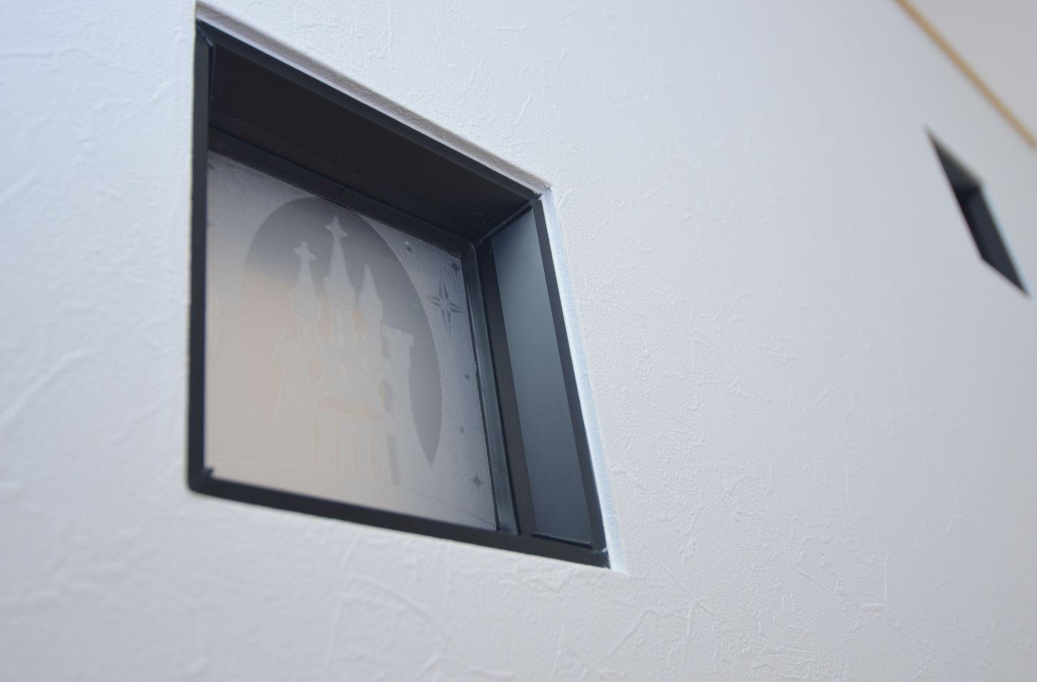 ユニバーサルホーム(浜松東店・掛川店)【デザイン住宅、子育て、収納力】階段窓のデザインなど、細かいところへのこだわりが詰まっている