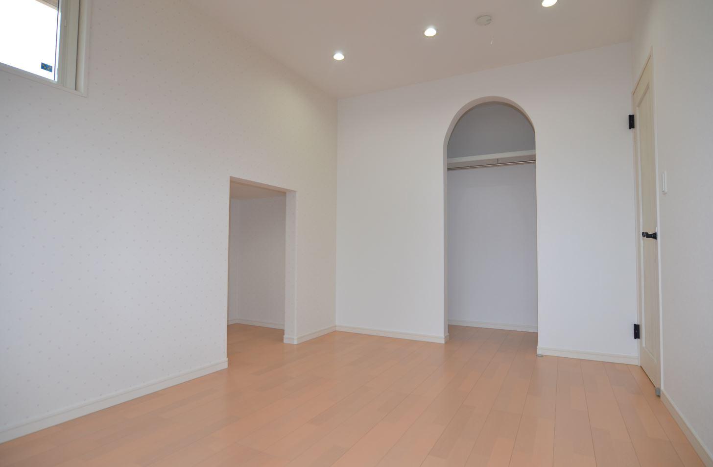 ユニバーサルホーム(浜松東店・掛川店)【デザイン住宅、子育て、収納力】Rの壁がかわいい寝室