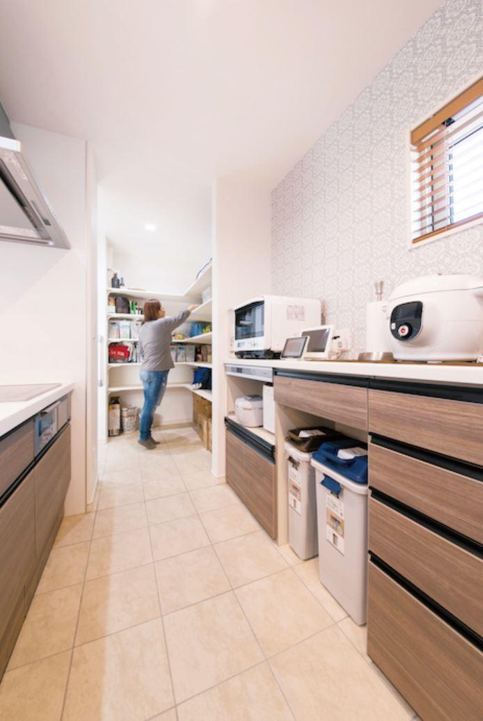 キッチン奥の収納は玄関と繋がっているので、買い物したものをスムーズに収納することができる