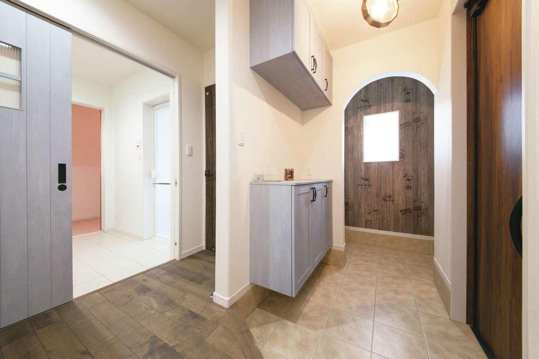 ユニバーサルホーム(浜松東店・掛川店)【デザイン住宅、自然素材、間取り】玄関も広々。アーチ型開口の奥は土間収納、写真左には洗面脱衣所がある