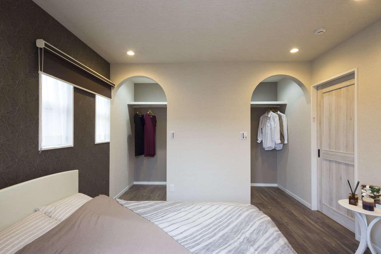 ユニバーサルホーム(浜松東店・掛川店)【デザイン住宅、自然素材、インテリア】寝室には夫婦それぞれのウォークインクローゼットを用意。ママ側にはドレッサーコーナーも。