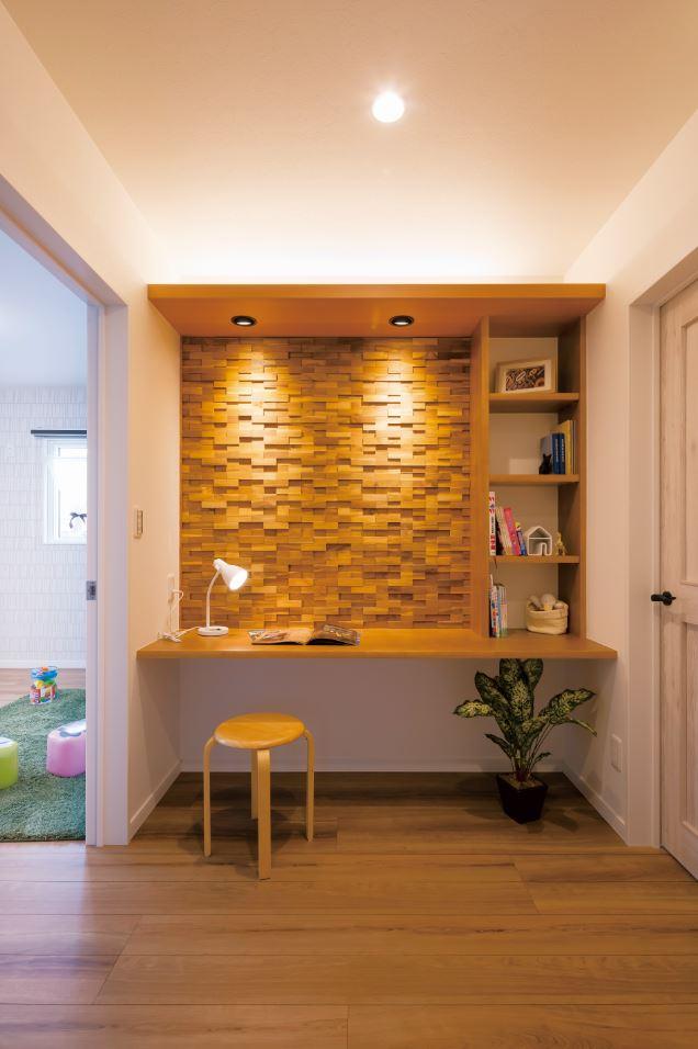ユニバーサルホーム(浜松東店・掛川店)【デザイン住宅、自然素材、インテリア】2階ホールに設けられたファミリーライブラリー。勉強や趣味、使い方はアレンジ次第