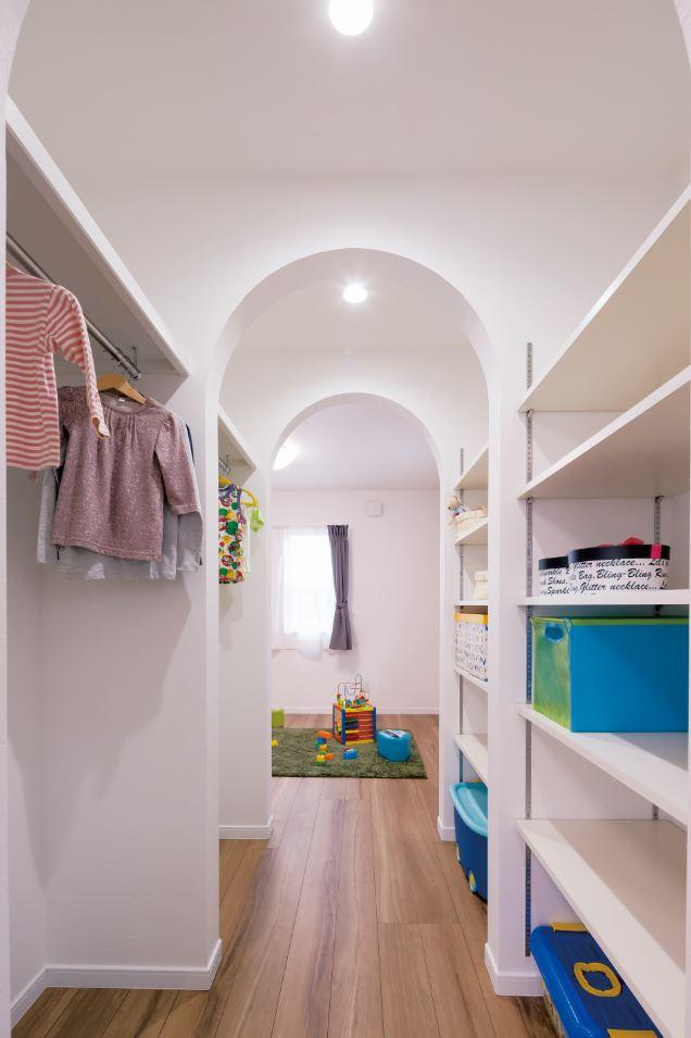 ユニバーサルホーム(浜松東店・掛川店)【デザイン住宅、自然素材、インテリア】2階の子供部屋は収納スペースで繋がっており、将来的には壁で仕切ることができる。Rの垂れ壁がポイント!