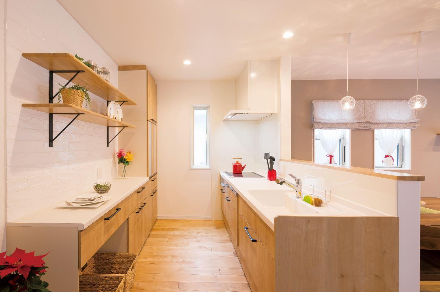 ユニバーサルホーム(浜松東店・掛川店)【デザイン住宅、自然素材、インテリア】無垢床に合わせた木目調のキッチン。カップボードの吊戸は取り払いオープンな雰囲気に。デコカウンターにはお気に入りを飾ろう