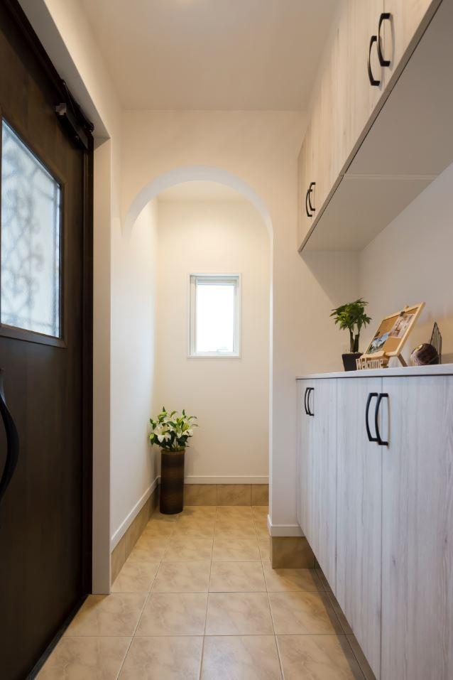 ユニバーサルホーム(浜松東店・掛川店)【デザイン住宅、自然素材、インテリア】シューズインクローゼット付きの玄関。玄関収納はカウンター型にしてスッキリとした印象に