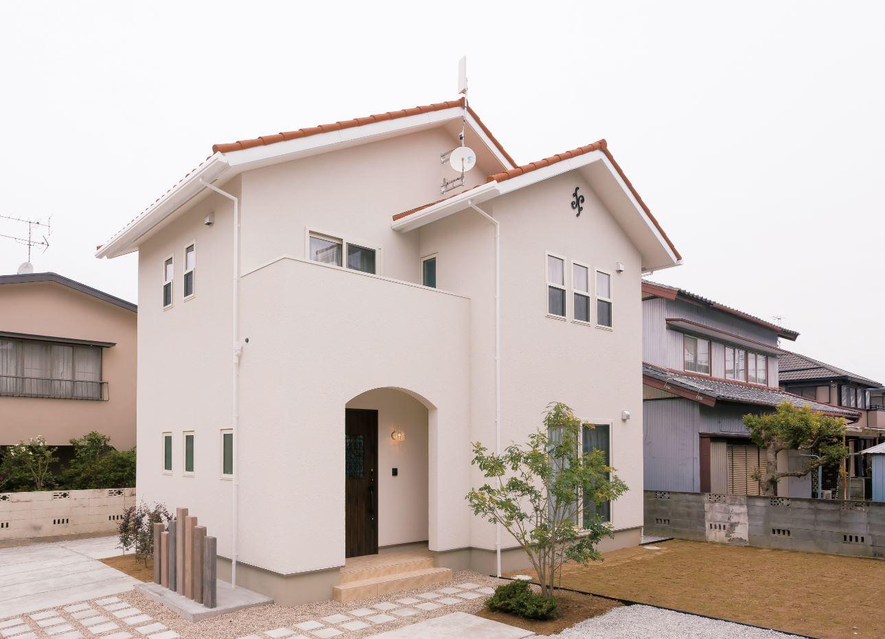 ユニバーサルホーム(浜松東店・掛川店)【デザイン住宅、自然素材、インテリア】特殊工法で塗り壁に見える外壁には、火事・地震・騒音に強いALCを使用。オレンジ屋根や白い上げ下げ窓などかわいいポイントが満載