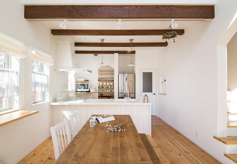 野本建築【子育て、省エネ、インテリア】濃く塗り上げた化粧梁は、メリハリが抜群。キッチン裏のパントリーは敢えて見せる収納