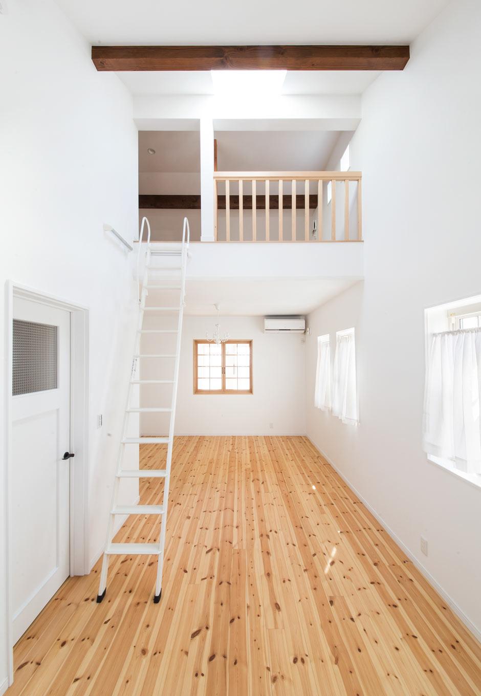 野本建築【子育て、省エネ、インテリア】子ども部屋から上がるロフトへとつながるはしごは、気分をワクワクさせる