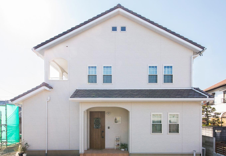 野本建築【子育て、省エネ、インテリア】白の外壁にダークブラウンの玄関ドアとテラコッタ調タイルがプロヴァンス風を醸し出す