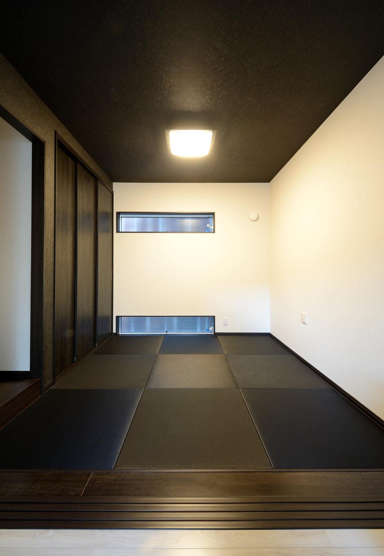 野本建築【省エネ、間取り、スキップフロア】黒と白のみの配色でまとめたモダン和室