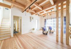 木の香りと開放的な空間で快適に住まう
