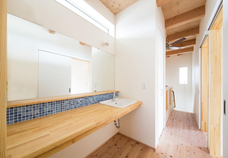 野本建築【収納力、自然素材、間取り】大きなミラーと青いアクセントタイルがシンプルなインテリアのポイントに