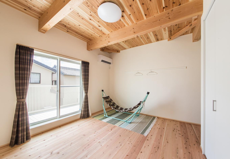 野本建築【収納力、自然素材、間取り】2Fの天井は梁土に施行した杉の無垢材