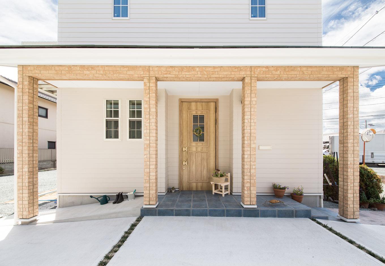 野本建築【収納力、自然素材、間取り】レンガ調のアクセント外壁と玄関扉の色の統一感が美しい