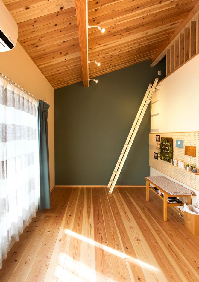 野本建築【デザイン住宅、省エネ、間取り】勾配天井を利用し、寝室は開放感に利便性をプラス