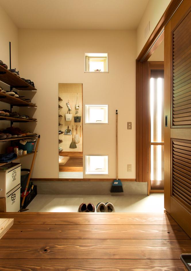 野本建築【デザイン住宅、省エネ、間取り】玄関横の土間収納は広々して大容量の収納が可能。玄関はすっきりに