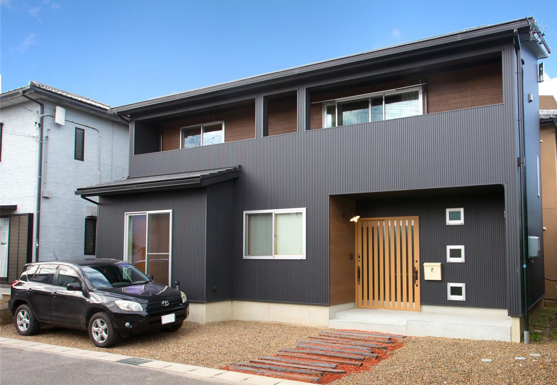 野本建築【デザイン住宅、省エネ、間取り】外観は黒のガルバリウムのモダンテイスト