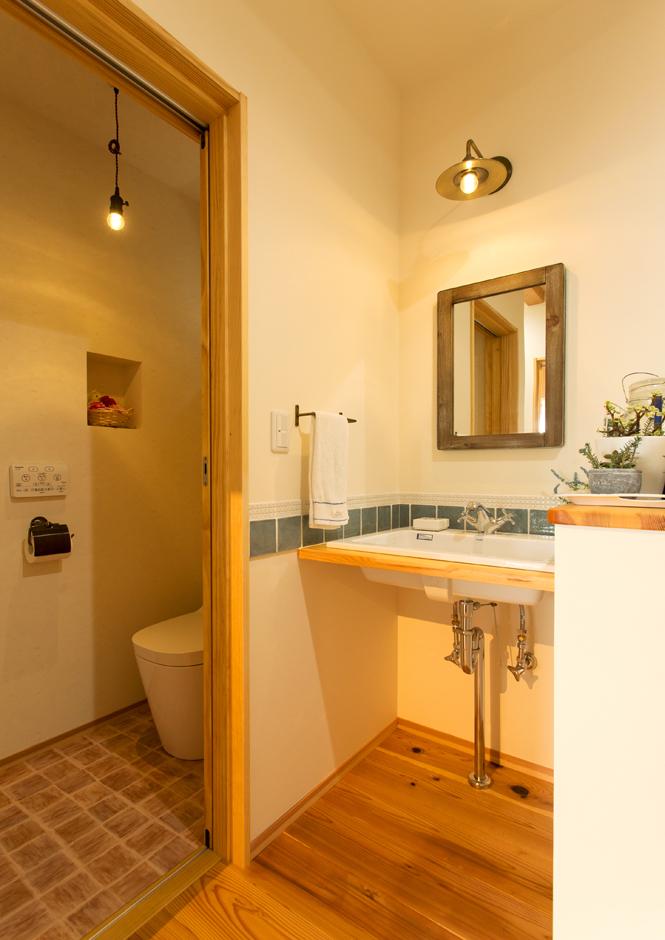野本建築【デザイン住宅、省エネ、間取り】トイレの床や洗面タイルなど細かいところまでおしゃれに